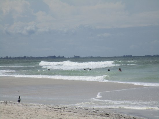 Bilmar Beach Resort: Some waves before the hurricane - usually very calm.