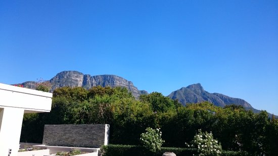Claremont, Afrika Selatan: view of Table Mountain from the pool area