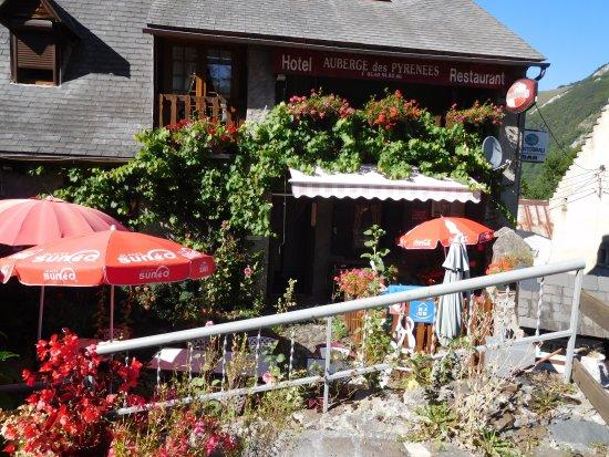 Auberge des Pyrenees: une des terrasses agréablement fleuries