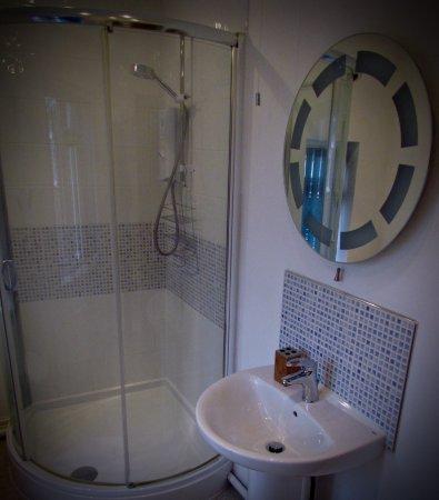Wem, UK: Room 1 bathroom