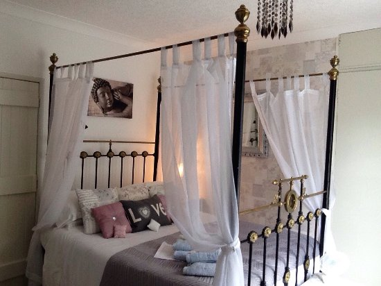 Darley Dale, UK : Stay in original 1890 tester bed, vintage pretty bedroom matching decor, own private bathroom, s