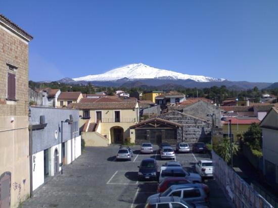 B&B Al Centro Storico: view of Etna in from street in front of the B&B