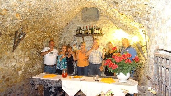 San Quirico in Collina, Italy: Aperitiv unten in Weinkeller.