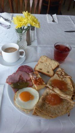 Hotel Laguna Beach: завтрак, те самые вкуснейшие блинчики с абрикосовым джемом, кекс и колбаса, + кофе и компот=)