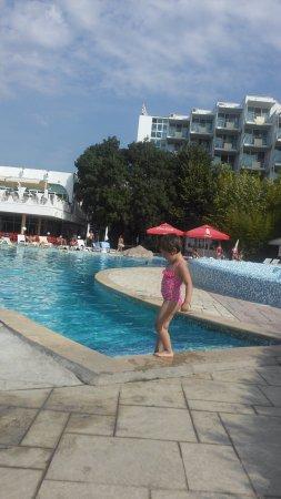 Hotel Laguna Beach: заход в бассейн - ступеньки, голубое справа - стенка детского бассейна