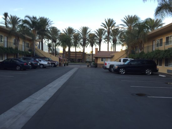 Anaheim Islander Inn and Suites: This photo is from December 2015