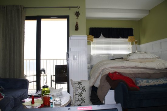 Gulf Shores Plantation: Nice queen bed with a view.