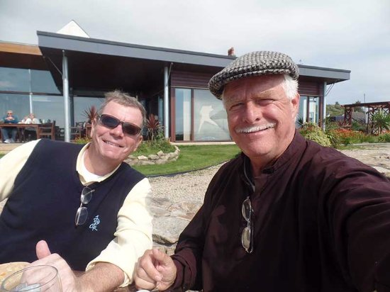 Kildonan, UK: The two tired golfers, at the picnic tables on the beach at the hotel