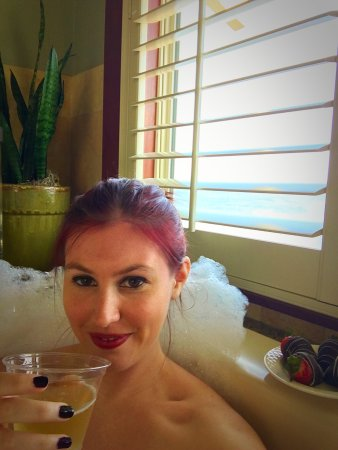 Vista Blue Spa: Chocolate strawberries with champagne for the private mineral bath