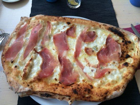 San Donnino, Italia: 4 formaggi bianca e prosciutto crudo, doppia pasta. Fantastica!