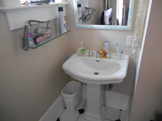 Windsor Guest House: Oddly placed sink