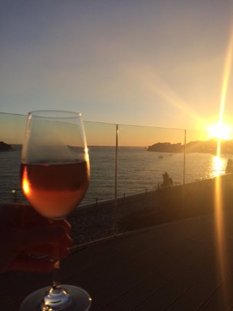 Villa Dubrovnik: Drinking wine at the wine bar on the roof as the sun sets. Truly amazing!