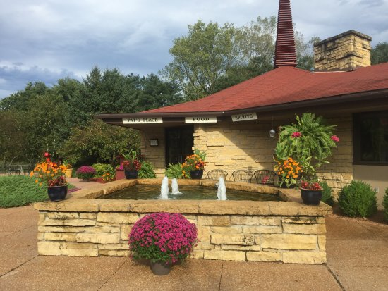 Spring Valley Inn: Fountain/Entrance