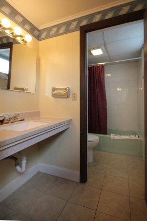 Majestic Regency: Standard room bathroom