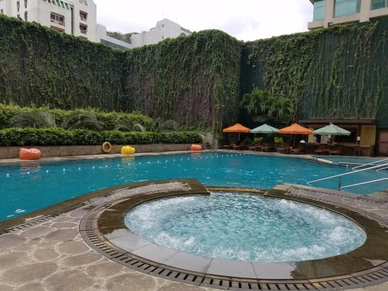 New World Manila Bay Hotel: Awesome pool and hot tub