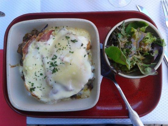 Douvaine, Frankrike: Croûte au fromage et champignons, très copieuse et excellente.