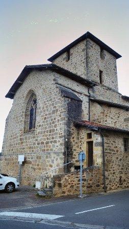 Charente, France: Environs : Suris, petit village pittoresque. L'église avec ses murs d'impactites