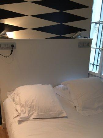 Helzear Montorgueil: سرير النوم