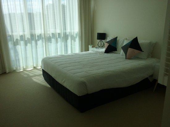 M1 Resort: Master b/room