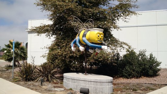 Port Hueneme, CA: Nice statue of the mascot