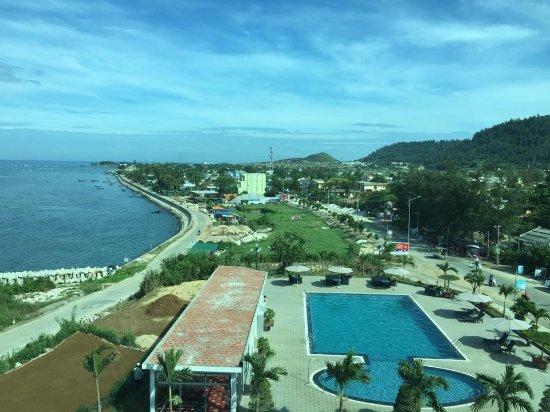 Quang Ngai, Vietnam: view nhìn ra biển và dọc đường bờ kè, tầm nhìn tuyệt vời.
