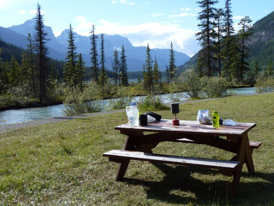 Waterfowl Lake Campground: Dinner table with an amazing view.