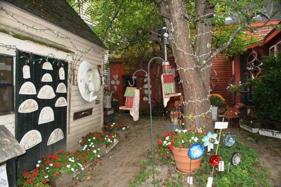 Вискассет, Мэн: The courtyard leading to the entrance of the shop