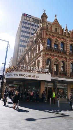 Haigh's Chocolates Beehive Corner: アデレードのランドマークとなっている本店