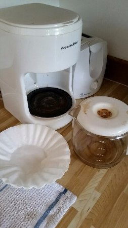 Saturna Island, Canadá: Coffee pot and filter dirty....as we found and left it....