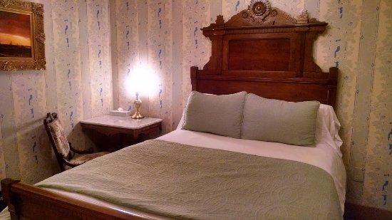 Cosmopolitan Hotel: Room #1 had a super comfortable bed.