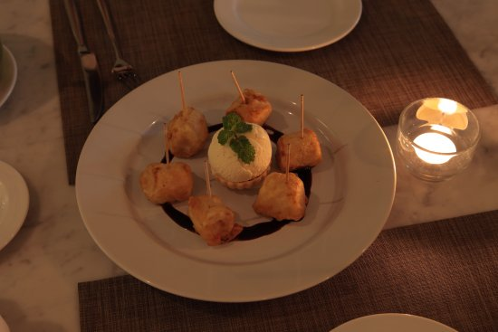 Devasom Hua Hin Resort: Fried bananas with vanilla ice cream.