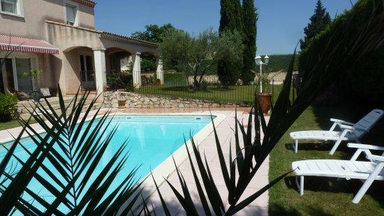 Aramon, Франция: vue piscine