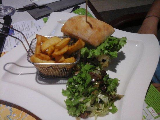 Rieupeyroux, Francia: burger au bleu et frites maison