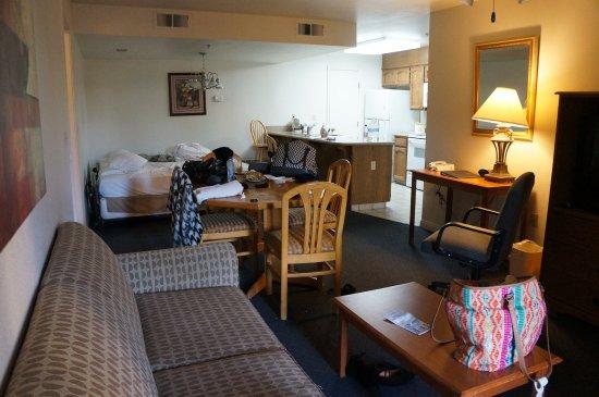 Three Rivers, CA: De woonkamer met keuken en twee bedden.