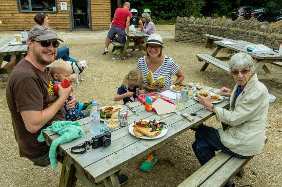 Birdlip, UK: Crickley Hill Country Park, Glous, outside seating at cafe