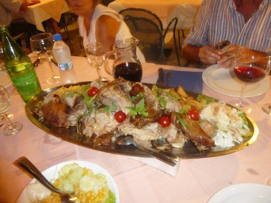 Kampor, Chorwacja: maialino allo spiedo
