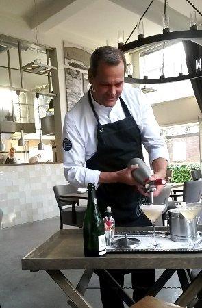 Heerenveen, Nederland: Chef Henk Markus bereidt een heerlijke cocktail