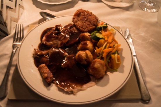 McGregor, África do Sul: The Mains: pork leg and belly, roast potatoes, roast vegetables, and a pumpkin fritter