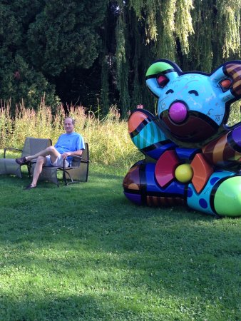 Levernois, Prancis: Lounge chairs and sculptures punctuate the grounds