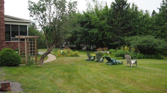 McVicar Manor Bed and Breakfast: garden