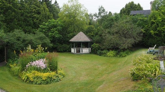 McVicar Manor Bed and Breakfast : gazebo