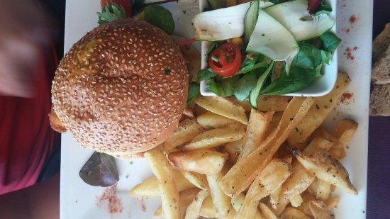 Venelles, Франция: Hamburger classic et hamburger poulet curry camenbert r