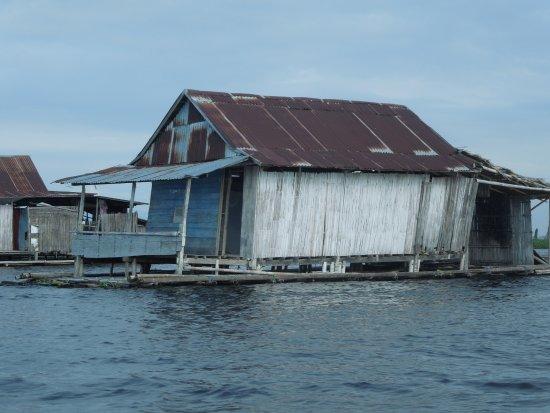 Sengkang, Indonesia: Drijvend vissershuisje op het meer
