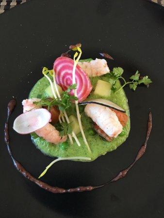 La Chaize Giraud, France: Queues de langoustines et saumon mariné à l'aneth, crémé de petits pois mentholée.