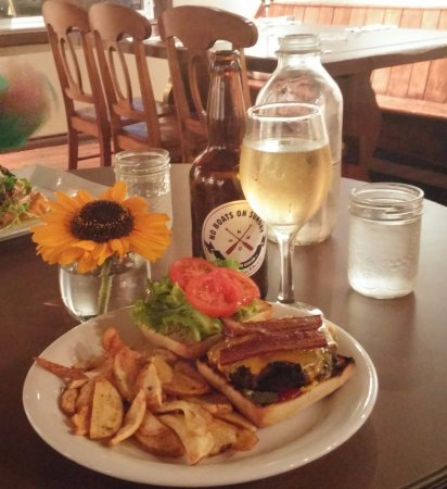 Maitland, Canadá: Shipbuilder's Burger with No Boats On Sunday cider