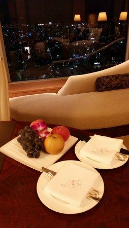 Shangri-La Hotel, Tokyo: 記念日ということで、ホテルスタッフの方より、豪華なプレゼントをいただきました。
