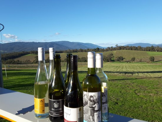 Seville, Australië: The wines ready to be served at Killara