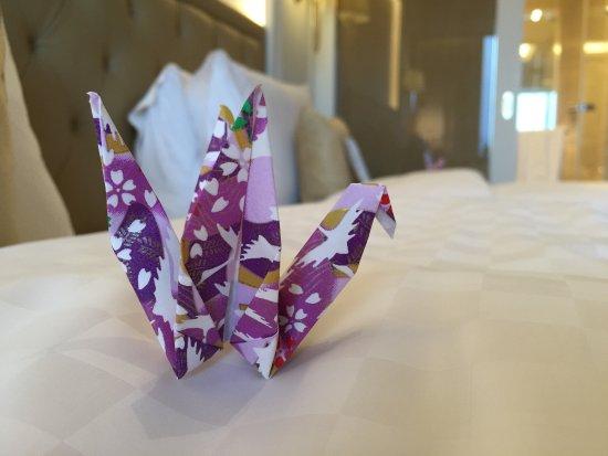 The Okura Prestige Taipei: 床上的紙鶴