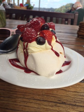 Dittisham, UK: Clotted cream summer fruits pavlova