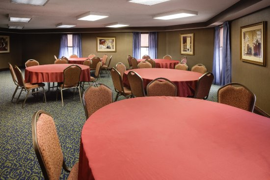 Holiday Inn Dubuque: Use our hospitality suite to host your next small gathering.